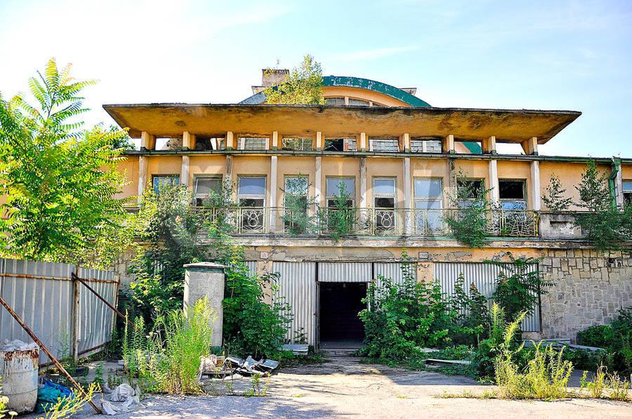 źródło: http://www.cas.sk/clanok/228279/kulturne-centrum-v-kosiciach-sportovcov-v-plavarni-vystriedaju-umelci.html